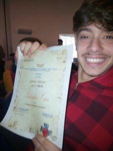 Salvatore sorride con il suo premio